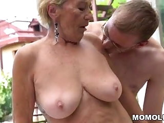 Granny queasy pussy on young dig up